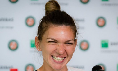Simona Halep, cu zâmbetul pe buze în timpul unei conferințe de presă