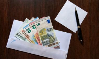 Povestea ciudată a plicului cu 33.000 de euro găsit de un agent român de pază într-un coș la supermarket