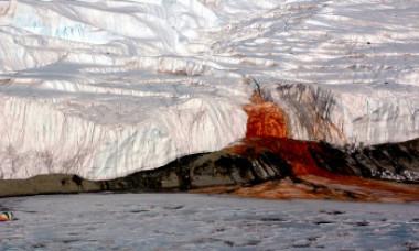 """Misterul ghețarului din Antarctica care """"sângerează"""". Ce au descoperit cercetătorii sub stratul gros de gheață"""