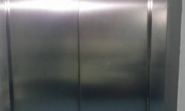 """Liftieră din Spitalul din Craiova, acuzată că a cerut din cadourile pentru copiii bolnavi de cancer: """"Nu ştiţi că prima plasă se dă la liftieră?"""""""