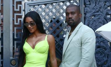 Cum să porți așa ceva? Kim Kardashian și Kanye West au atras toate privirile la o nuntă