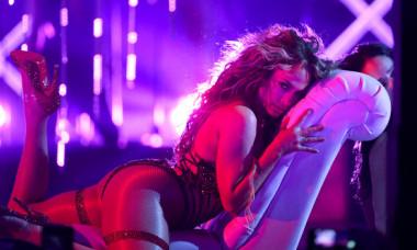 Jennifer Lopez a dansat provocator oglinzii. Momentul a fost filmat și urcat pe net